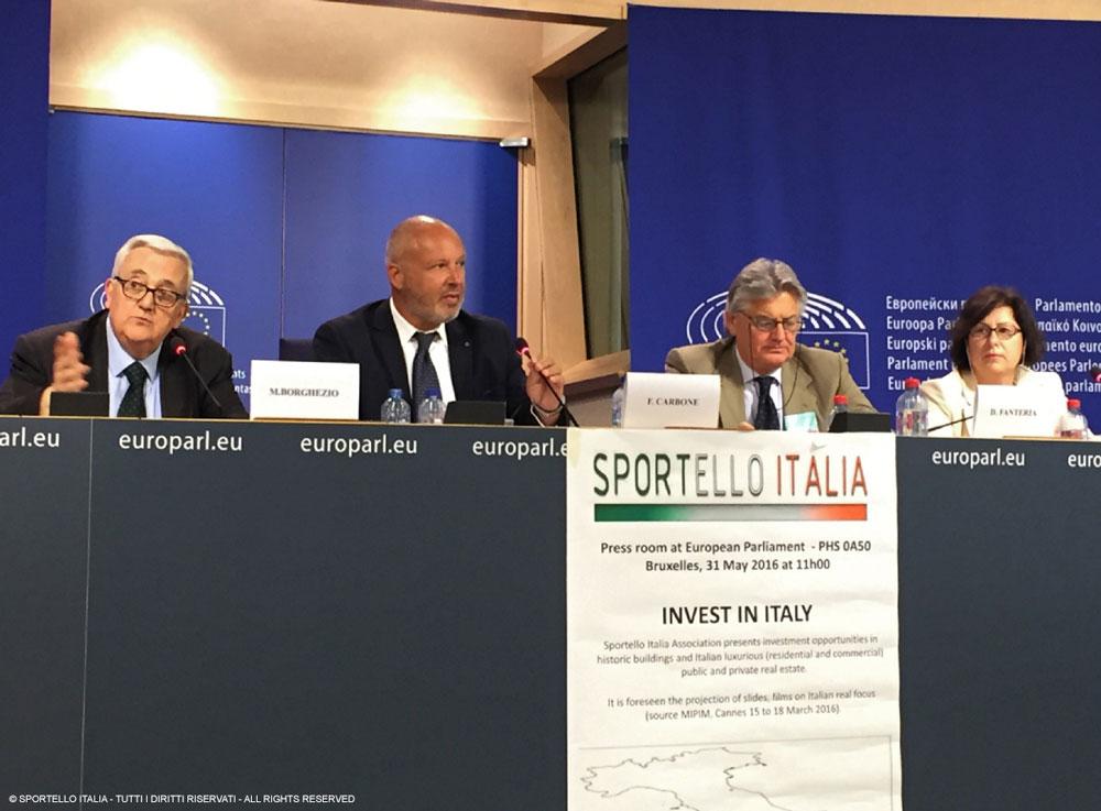 Conferenza stampa al Parlamento Europeo; a sin. l'on. Mario Borghezio (membro della comm. Esteri), al suo fianco Fabrizio Carbone, presidente di Sportello Italia
