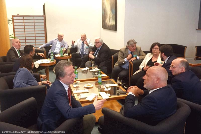 Un momento di pausa al bar dei deputati del Parlamento Europeo